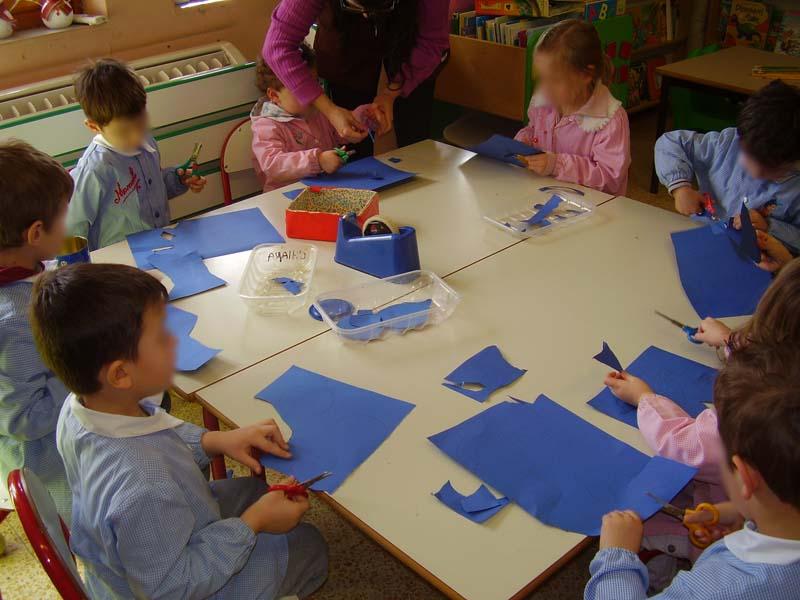 I bambini intenti a ritagliare le loro sagome: tocca al BLU!
