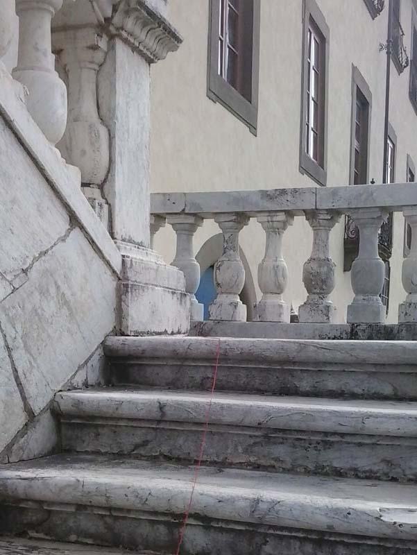 Un filo è comparso sulle scale della chiesa