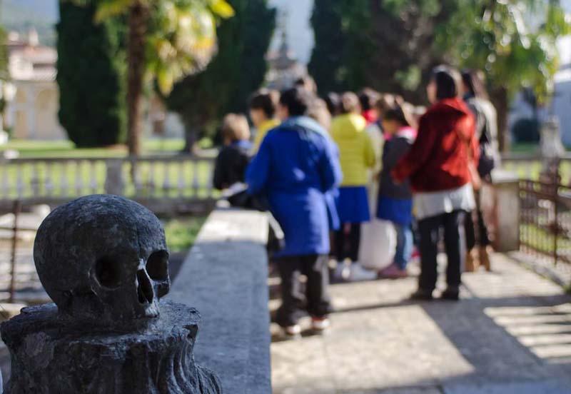 Davanti al cimitero: la morte secca!