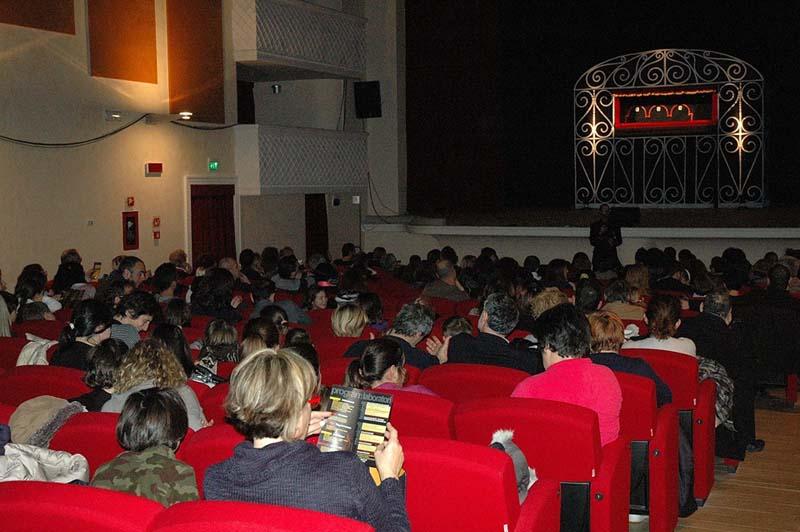 Il pubblico in attesa - foto tratta dalla pagina facebook del teatro