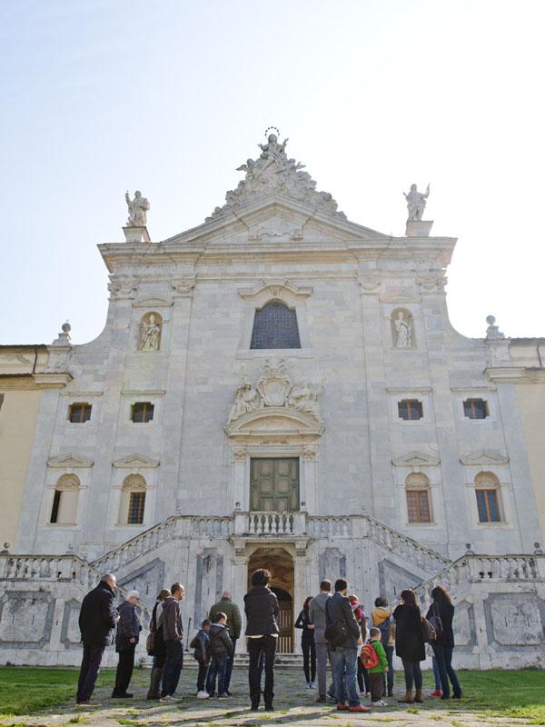 Genitori e bambini davanti alla Certosa domenica 12 aprile