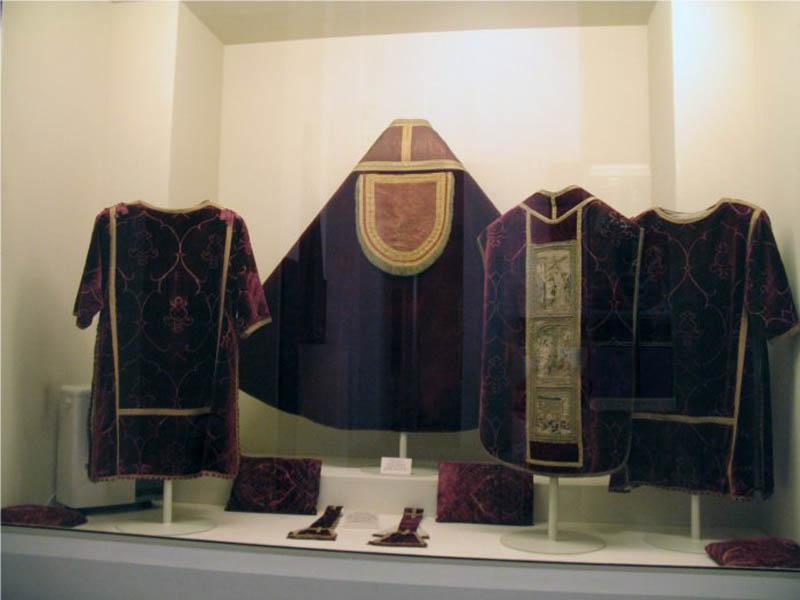 La vetrina dei velluti al Museo di Arte Sacra di Camaiore (foto da www.restauroestudiotessili.it)