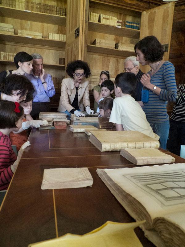 Emanuela ci mostra i libri della biblioteca: pendiamo tutti dalle sue labbra!