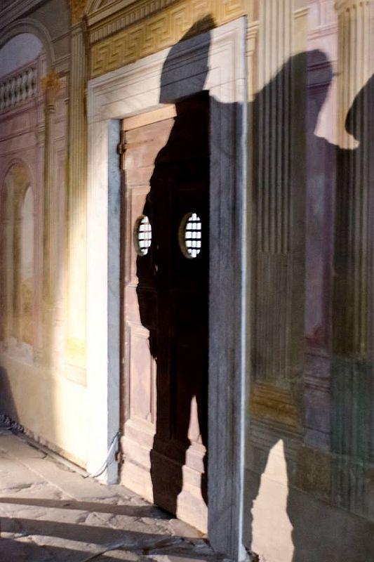 Giochi di ombre di fronte alla cella del prigioniero © Stefano Puzzuoli