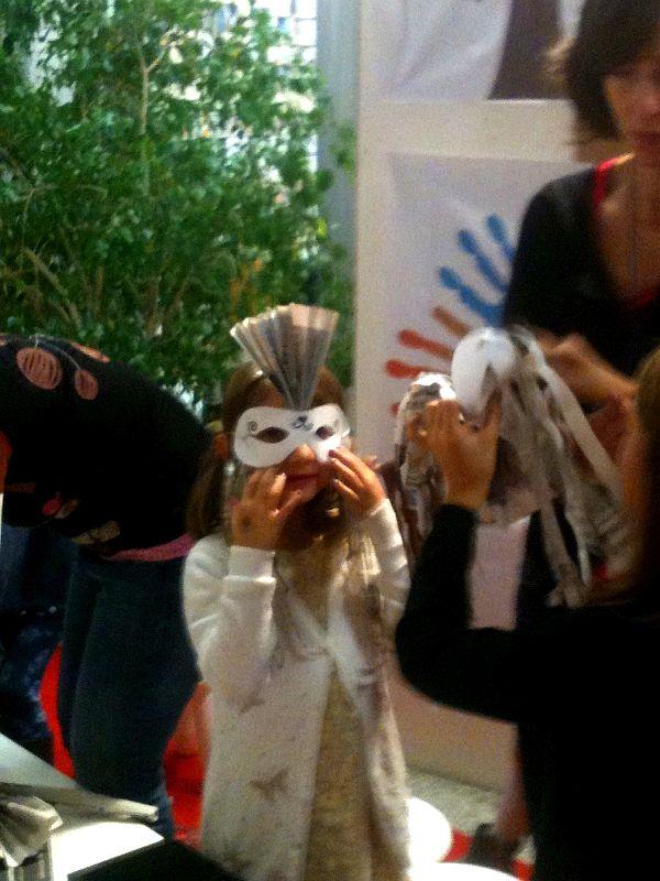 Orgogliosa maschera con ventaglio e frange