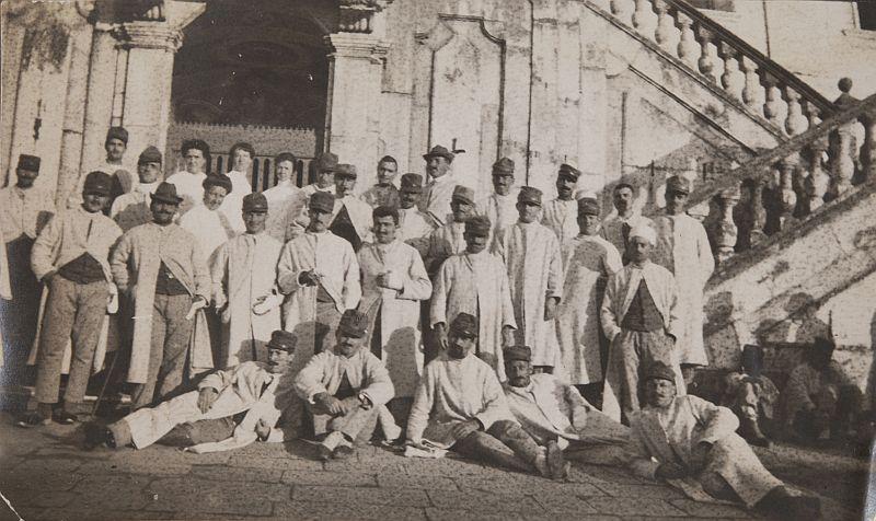 Le sorelle Bossalino con i soldati feriti in Certosa - Raccolta Adriana Bacci
